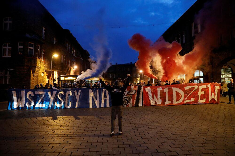 Kibice z transparentami w Katowicach