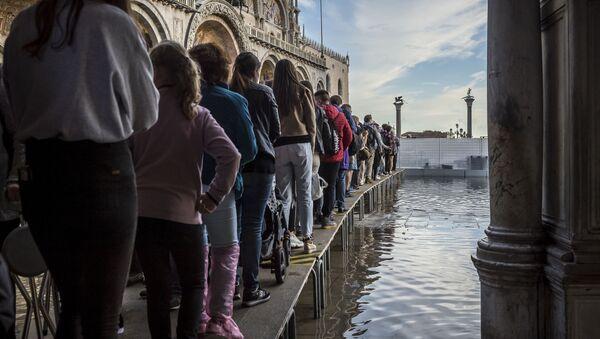 Ludzie na zatopionym placu św. Marka, Wenecja - Sputnik Polska