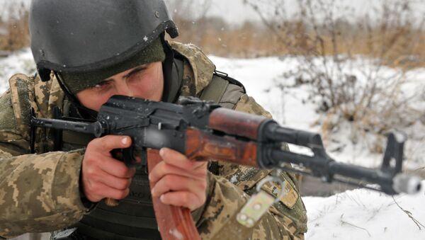 Ukraiński żołnierz z karabinem - Sputnik Polska