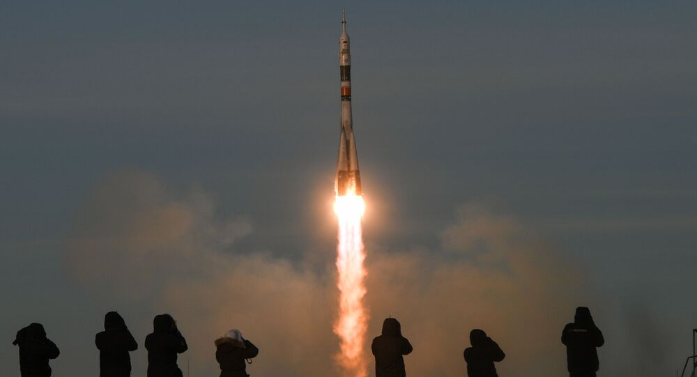 Dziennikarze śledzą start rakiety nośnej Sojuz-FG z załogowym statkiem Sojuz MS-11 z kosmodromu Bajkonur