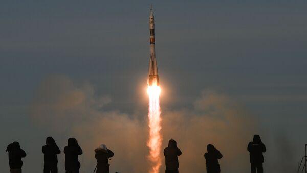 """Dziennikarze śledzą start rakiety nośnej Sojuz-FG z załogowym statkiem Sojuz MS-11 z kompleksu startowego nr 1 """"Gagarińskij start kosmodromu Bajkonur - Sputnik Polska"""