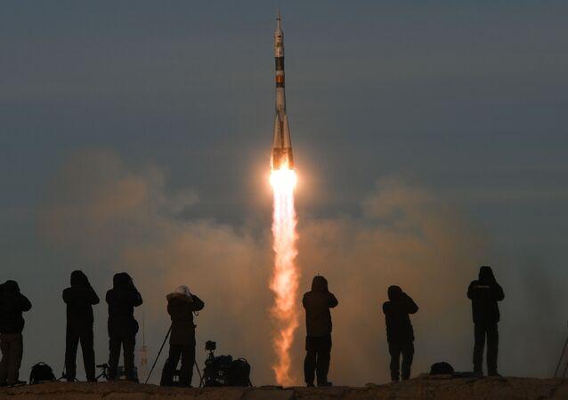 """Dziennikarze śledzą start rakiety nośnej Sojuz-FG z załogowym statkiem Sojuz MS-11 z kompleksu startowego nr 1 """"Gagarińskij start kosmodromu Bajkonur"""