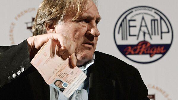 Aktor Gerard Depardieu pokazuje swój dowód obywatela Federacji Rosyjskiej - Sputnik Polska