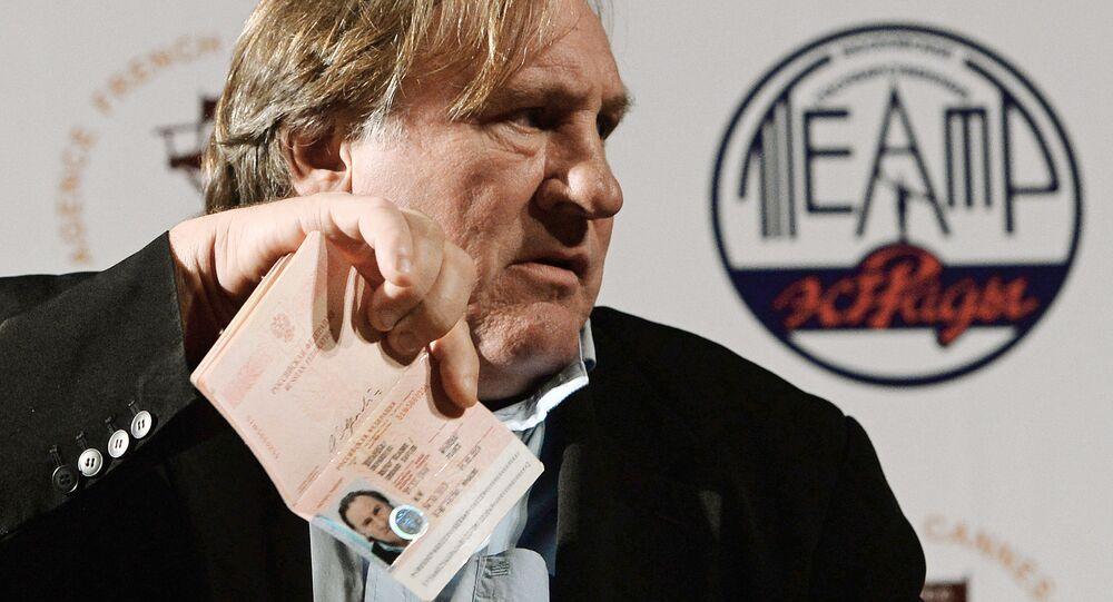 Aktor Gerard Depardieu pokazuje swój dowód obywatela Federacji Rosyjskiej