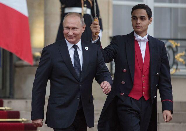 Prezydent Rosji Władimir Putin opuszcza Pałac Elizejski