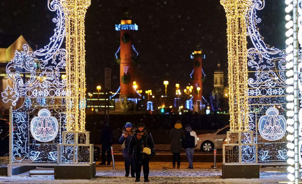 Noworoczna iluminacja przy Państwowym Muzeum Ermitażu w Petersburgu