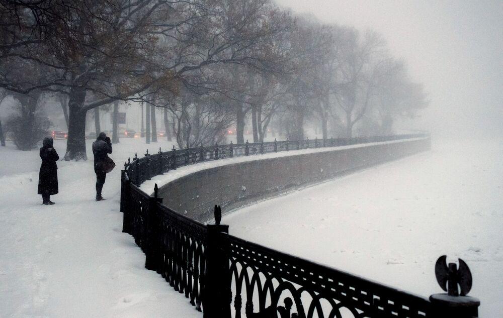 Spacerujący ludzie nad brzegiem rzeki w Petersburgu
