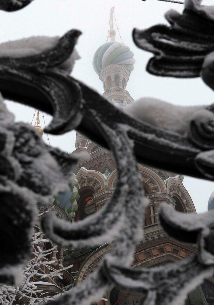 Widok na Sobór Zmartwychwstania Pańskiego w Petersburgu