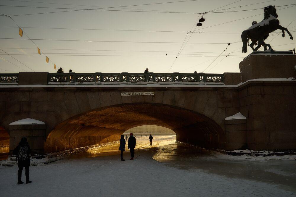 Spacer po lodzie na rzece Fontanka w Petersburgu