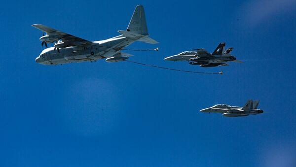 Amerykańscy myśliwce F/A-18 Hornet i cysterna KS-130. Zdjęcie archiwalne - Sputnik Polska