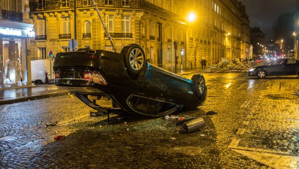 Samochód, który ucierpiał w czasie akcji protestu żółtych kamizelek w Paryżu - Sputnik Polska