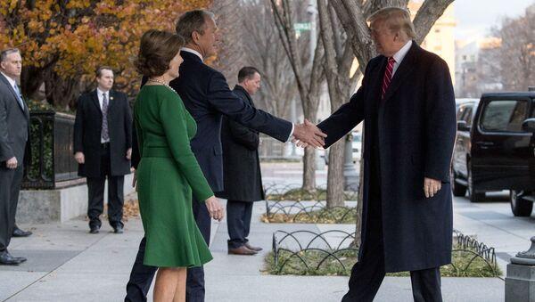 Prezydent USA Donald Trump rozmawia z byłym prezydentem Georgem W. Bushem i jego małżonką pod Blair House przez ulicę od Białego Domu w Waszyngtonie - Sputnik Polska