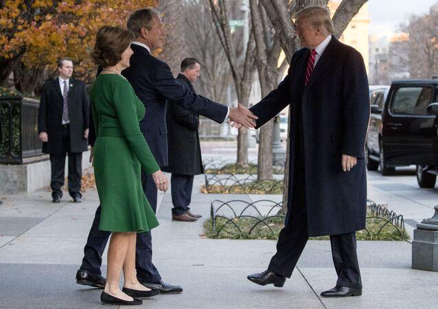 Prezydent USA Donald Trump rozmawia z byłym prezydentem Georgem W. Bushem i jego małżonką pod Blair House przez ulicę od Białego Domu w Waszyngtonie