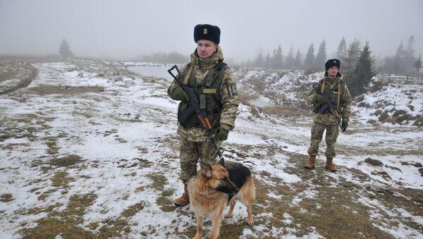 Ukraińska straż graniczna z psem służbowym na przejściu granicznym Sianki w obwodzie lwowskim - Sputnik Polska