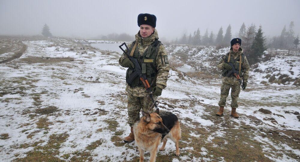 Ukraińska straż graniczna z psem służbowym na przejściu granicznym Sianki w obwodzie lwowskim