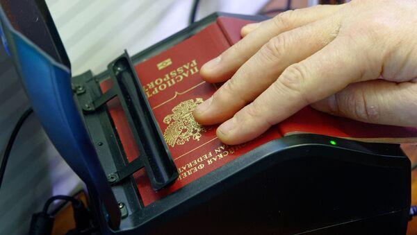 Skanowanie rosyjskiego paszportu na rosyjsko-ukraińskiej granicy - Sputnik Polska