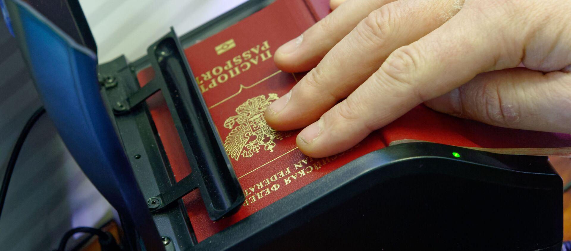 Skanowanie rosyjskiego paszportu na rosyjsko-ukraińskiej granicy - Sputnik Polska, 1920, 20.05.2021