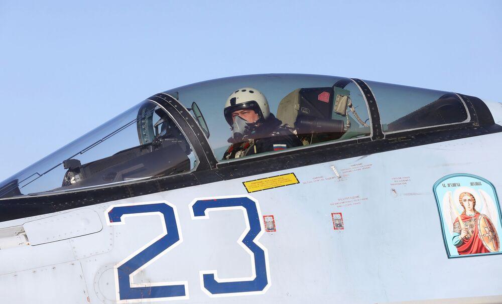 Pilot w kabinie myśliwca Su-35S we Władywostoku