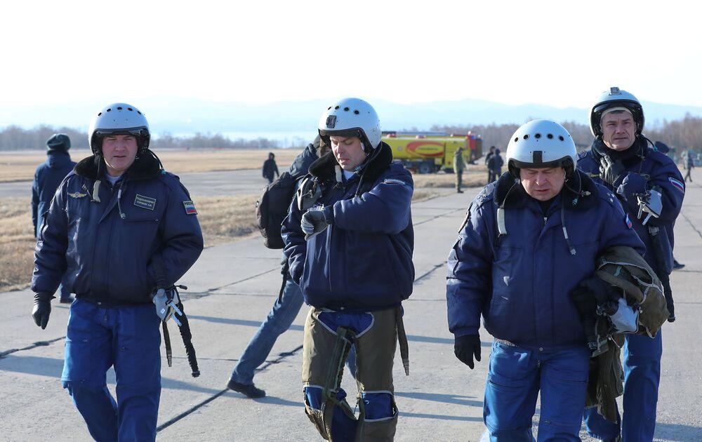 Piloci grupy akrobacyjnej Sokoły Rosji na lotnisku we Władywostoku