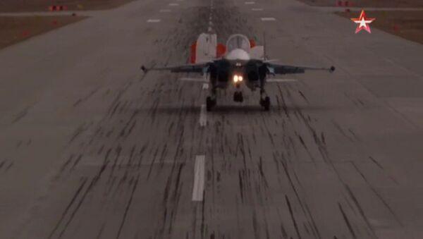 Stopklatka z wideo lądowania samolotu Su-34 - Sputnik Polska