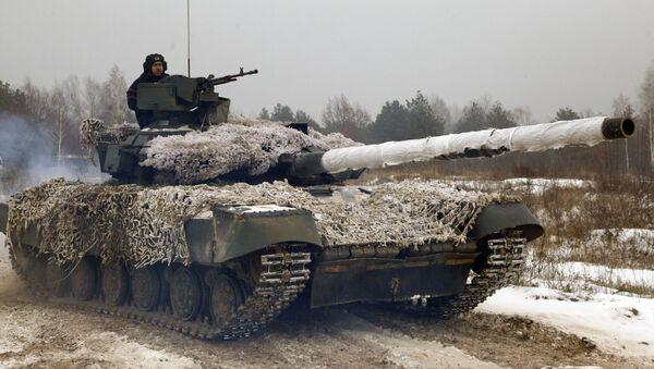 Ukraińskie wojskowy na czołgu - Sputnik Polska