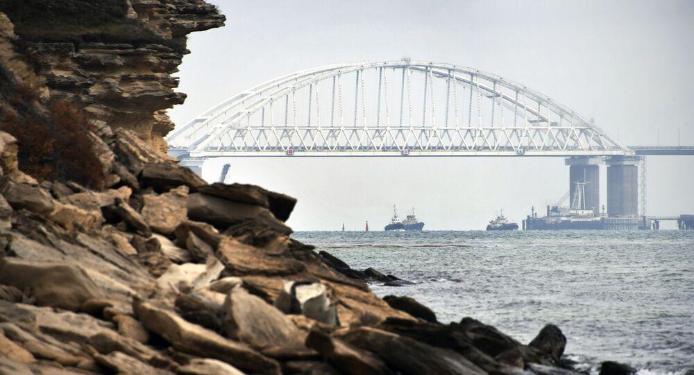 Okręty przepływają pod łukiem Mostu Krymskiego po przywróceniu rejsów w Cieśninie Kerczeńskiej