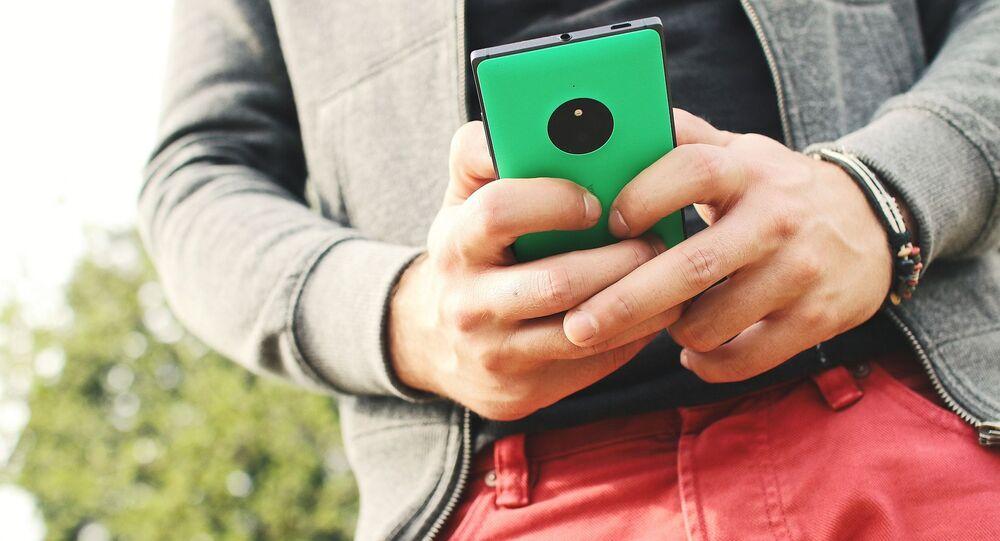 Młody mężczyzna z telefonem komórkowym
