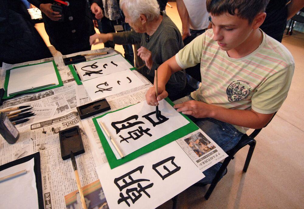 Rosjanie ćwiczą pisanie japońskich ideogramów