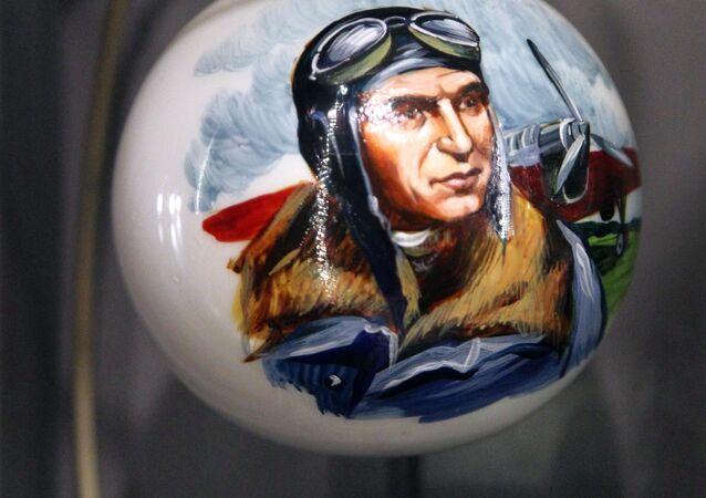 Bombka z portretem Walerija Czkałowa w muzeum fabryki ozdób świątecznych Ariel w Niżnym Nowogrodzie