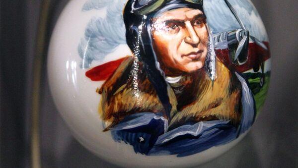 Bombka z portretem Walerija Czkałowa w muzeum fabryki ozdób świątecznych Ariel w Niżnym Nowogrodzie - Sputnik Polska