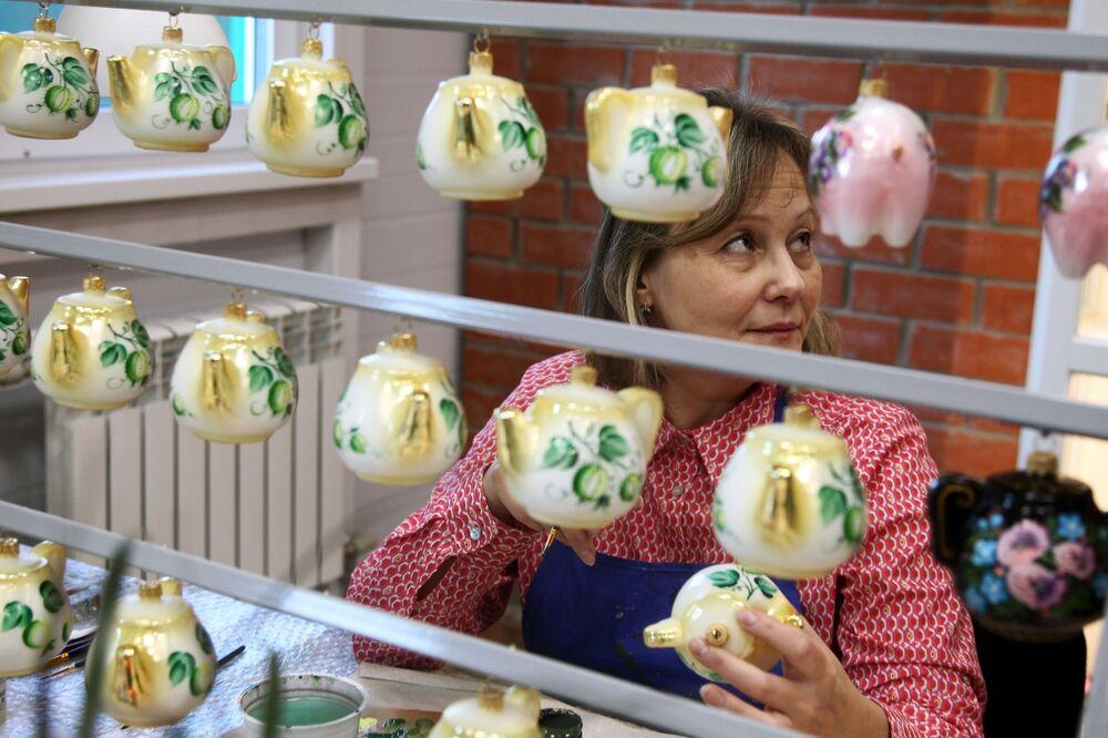 Artystka w warsztacie fabryki ozdób świątecznych Ariel w Niżnym Nowogrodzie