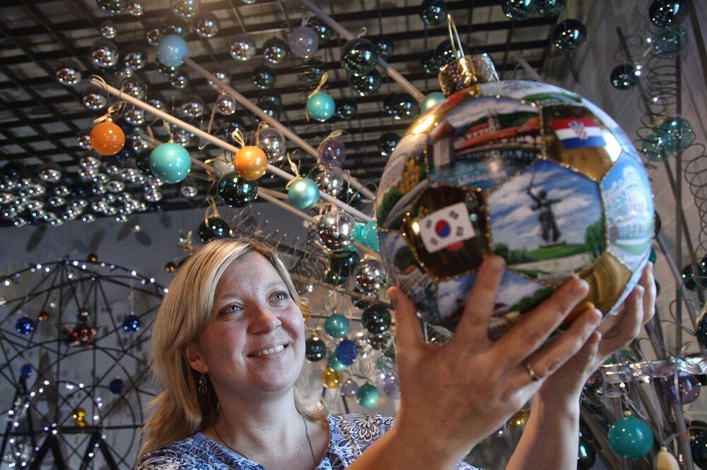 Główna artystka Natalia Repina z bombką przygotowaną z okazji MŚ 2018 w muzeum fabryki ozdób świątecznych Ariel w Niżnym Nowogrodzie