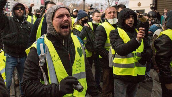 """Uczestnicy akcji protestacyjnej """"żółtych kamizelek"""" w okolicach Łuku Triumfalnego w Paryżu - Sputnik Polska"""