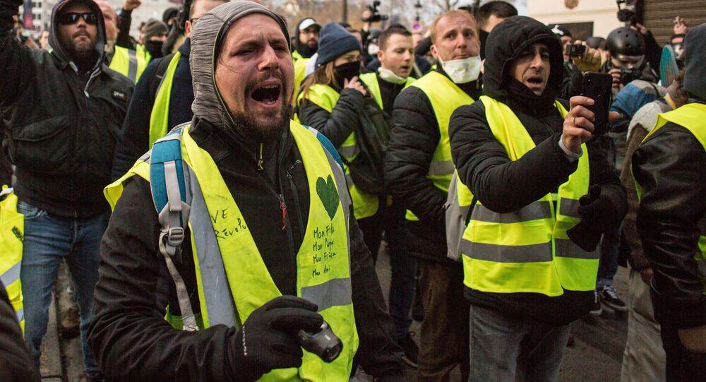 """Uczestnicy akcji protestacyjnej """"żółtych kamizelek"""" w okolicach Łuku Triumfalnego w Paryżu"""