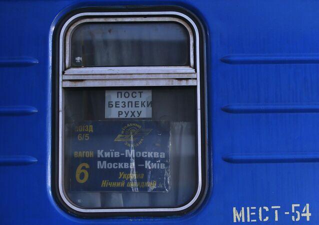 Tabliczka z numerem wagonu pociągu relacji Moskwa-Kijów na peronie Dworca Centralnego w Kijowie
