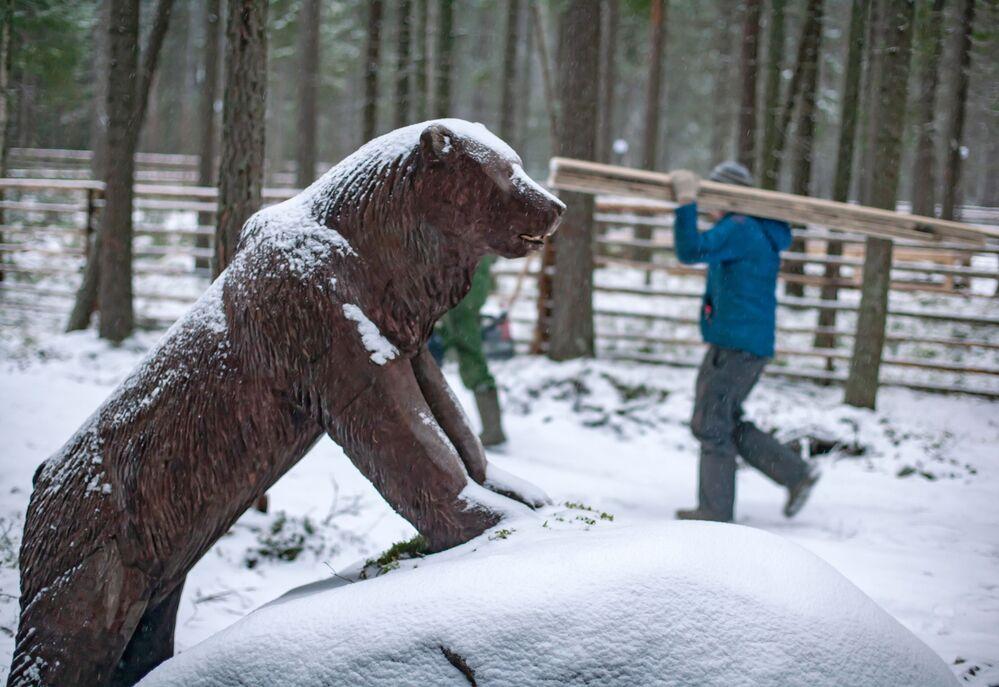 Drewniany niedźwiedź na terenie rezydencji karelskiego Dziadka Mroza