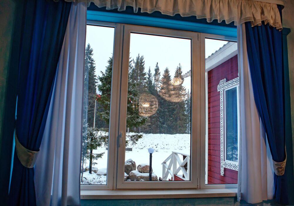 Widok z okna izby na terenie rezydencji karelskiego Dziadka Mroza