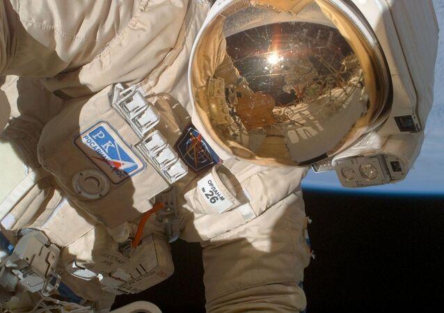 Wyjście kosmonauty Olega Kononienki w otwarty kosmos w celu wzięcia próbek uszczelniacza, którym zaklejono otwór w zadokowanym do ISS Sojuzie MS-09