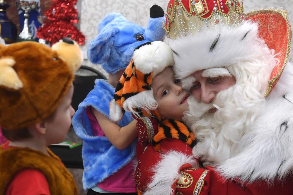 Dziadek Mróz odwiedził schronisko dla dzieci i młodzieży w Kazaniu