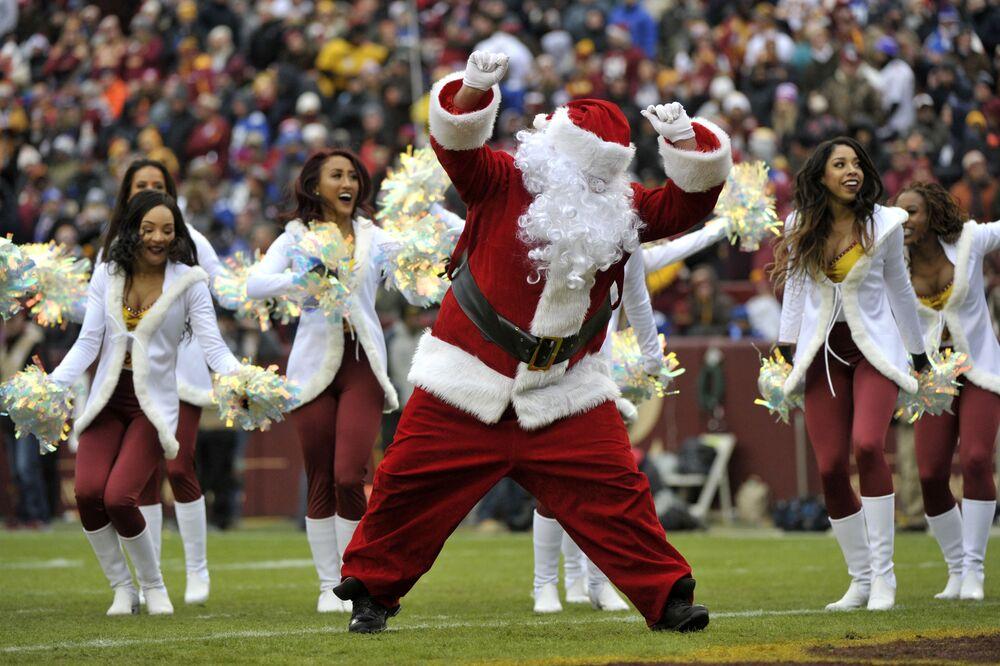 Występ Świętego Mikołaja przed meczem piłkarskim w Nowym Jorku