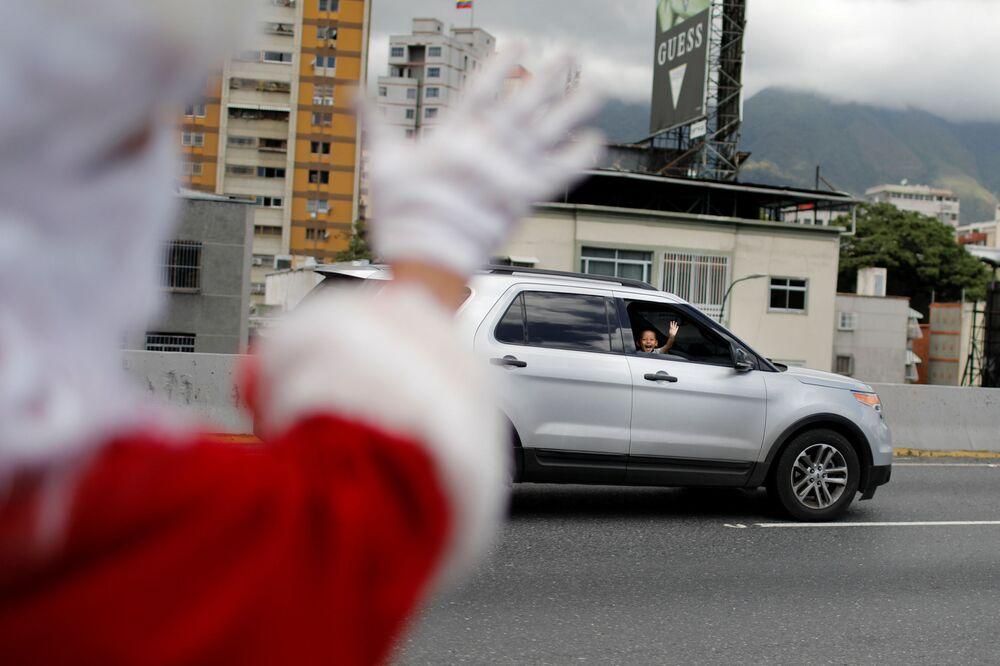 Uczestnik festiwalu Santa en las calles w Caracas (Wenezuela)