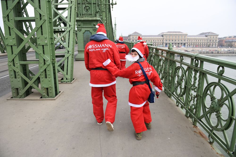 Uczestnicy wyścigu Świętych Mikołajów w Budapeszcie