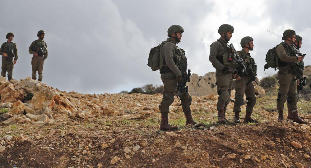 Izraelscy żołnierze w pobliżu osiedla na Wschodnim Brzegu
