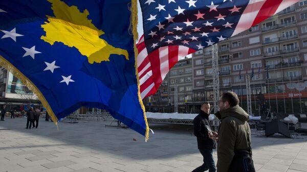 Flagi Kosowa i USA zdobią główny plac w Prisztinie, Kosowo - Sputnik Polska