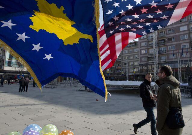 Flagi Kosowa i USA zdobią główny plac w Prisztinie, Kosowo