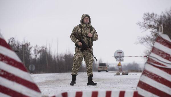 Ukraiński strażnik graniczny w punkcie kontrolnym na wschodzie Ukrainy - Sputnik Polska