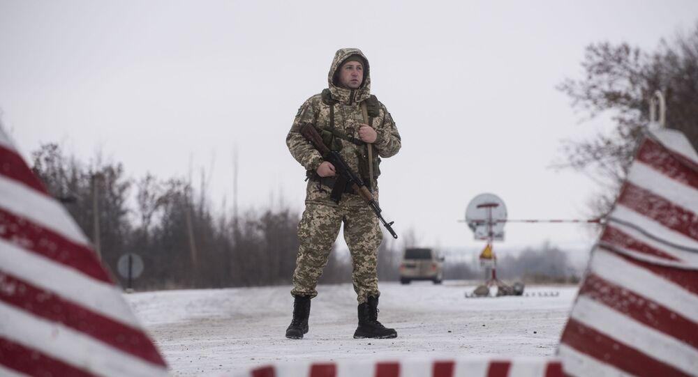 Ukraiński strażnik graniczny w punkcie kontrolnym na wschodzie Ukrainy