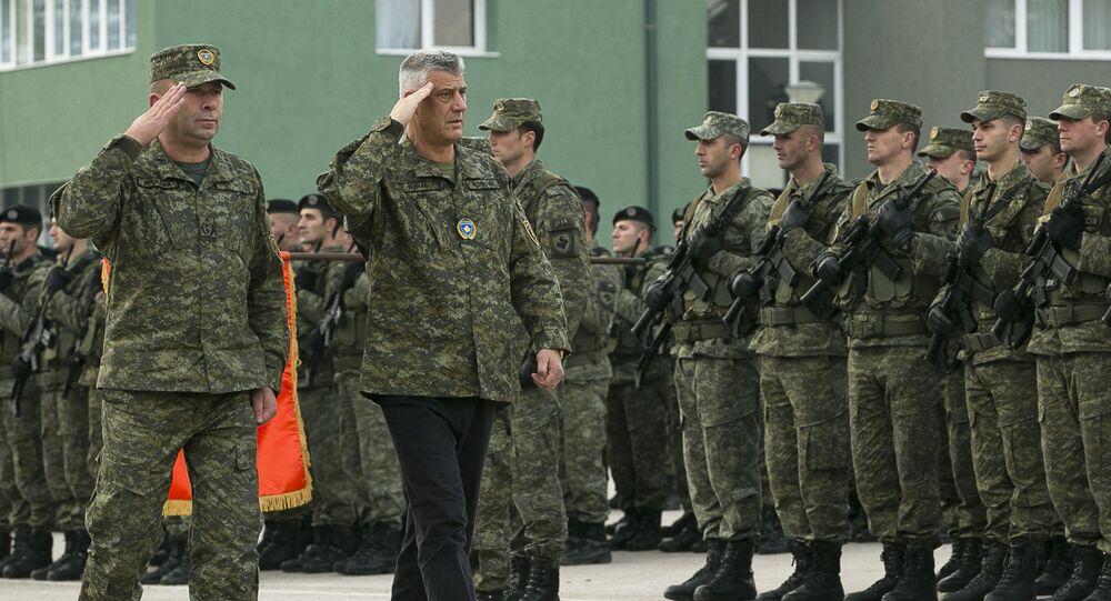 Dowódca Kosowskich Sił Bezpieczeństwa Rrahman Rama i prezydent Kosowa Hashim Thaci wizytują wojskowych w Prisztinie