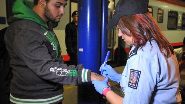 Czeska policja użyła markerów, by ponumerować 214 imigrantów, których znaleziono we wtorek na południowo-wschodniej granicy w pociągach jadących z Austrii i Węgier - Sputnik Polska
