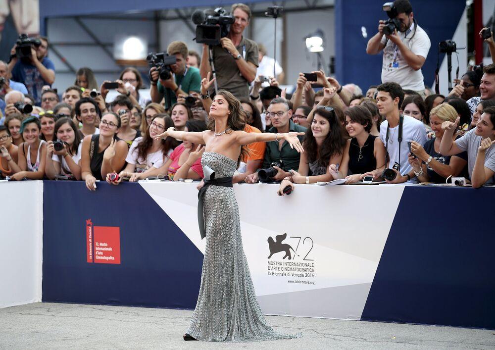 Włoska modelka i aktorka Elisa Sednaoui podczas ceremonii otwarcia 72. Międzynarodowego Festiwalu Filmowego w Wenecji
